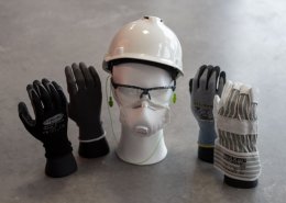 Schutzausrüstung mit Atemschutzmaske, Handschuhen, Schutzbrille, Gehörschutz und Schutzhelm