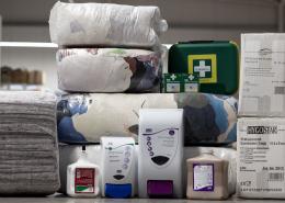 Hygieneartikel, Erste Hilfe Kasten, Putztücher und Spender