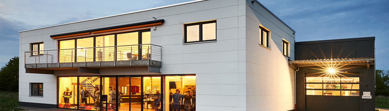 beleuchtetes Firmengebäude der Firma Schunk Industriebedarf in der Garden-City-Straße 24 in 96450 Coburg
